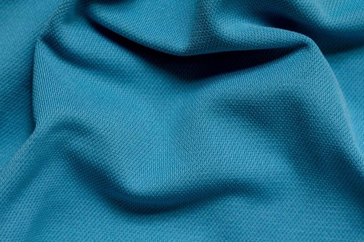 Áo khoác vải dù Polyester chống thấm tốt, độ bền cao nhưng khá thô ráp